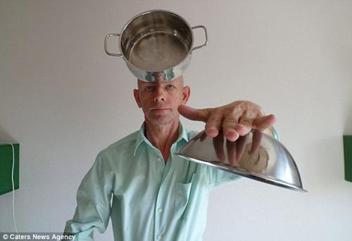 Ông Magola thể hiện khả năng hút các đồ vật bằng kim loại